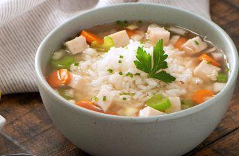 Sopa casera de arroz blanco, pollo y verduras