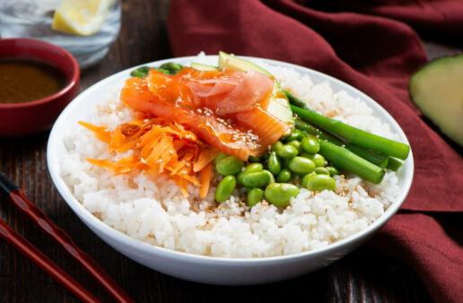 Poke bowl con arroz glutinoso, salmon, edamade, y salsa