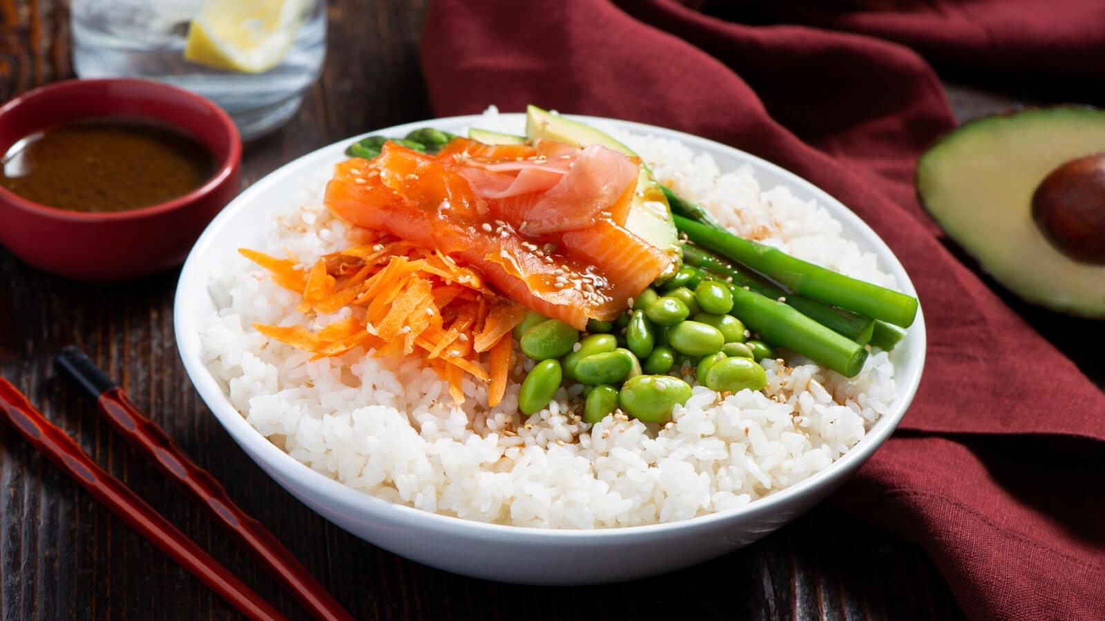 Poke bowl de salmón y arroz glutinoso con miso, naranja y sésamo
