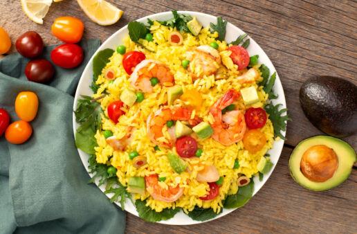 Ensalada de arroz de paella con marisco, verduras y pollo