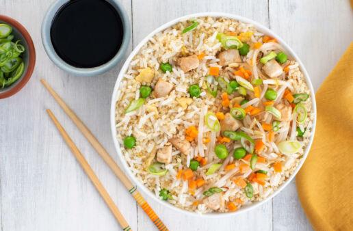 Stir fry de arroz y quinoa con pollo y verduras