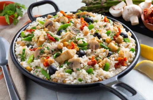 Paella vegetariana con champiñones, garbanzos y verduras
