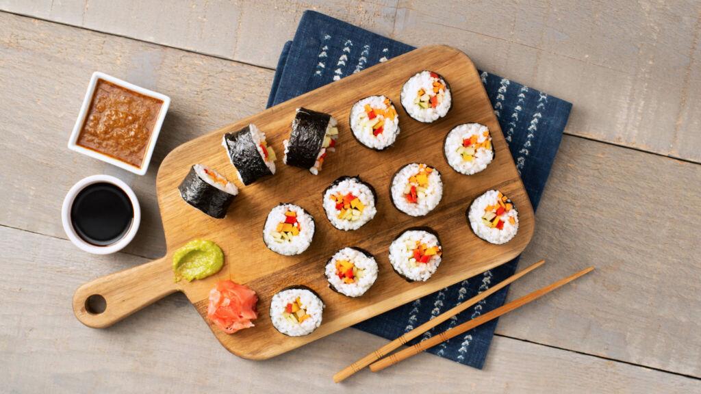 Rollos de sushi vegetariano envueltos en nori