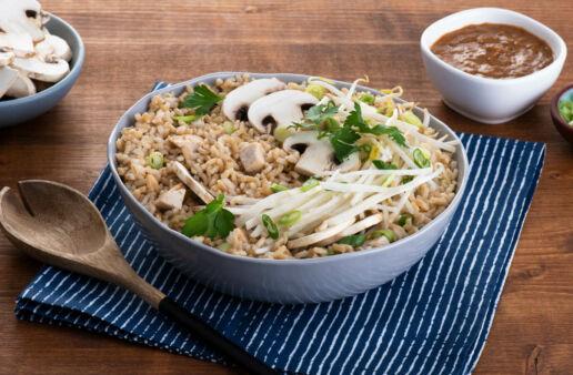 Bowl de arroz con pollo asiático y salsa picante de cacahuate