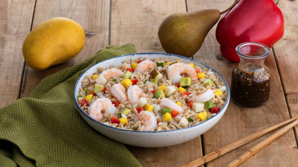 Bowl de arroz integral con camarones, aguacate, mango y peras