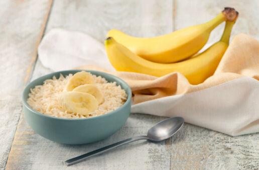 Bowl de arroz basmati con bananas