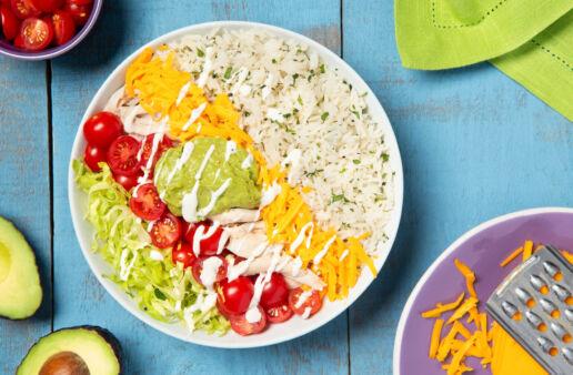 Burrito bowl con arroz, queso, pollo y guacamole