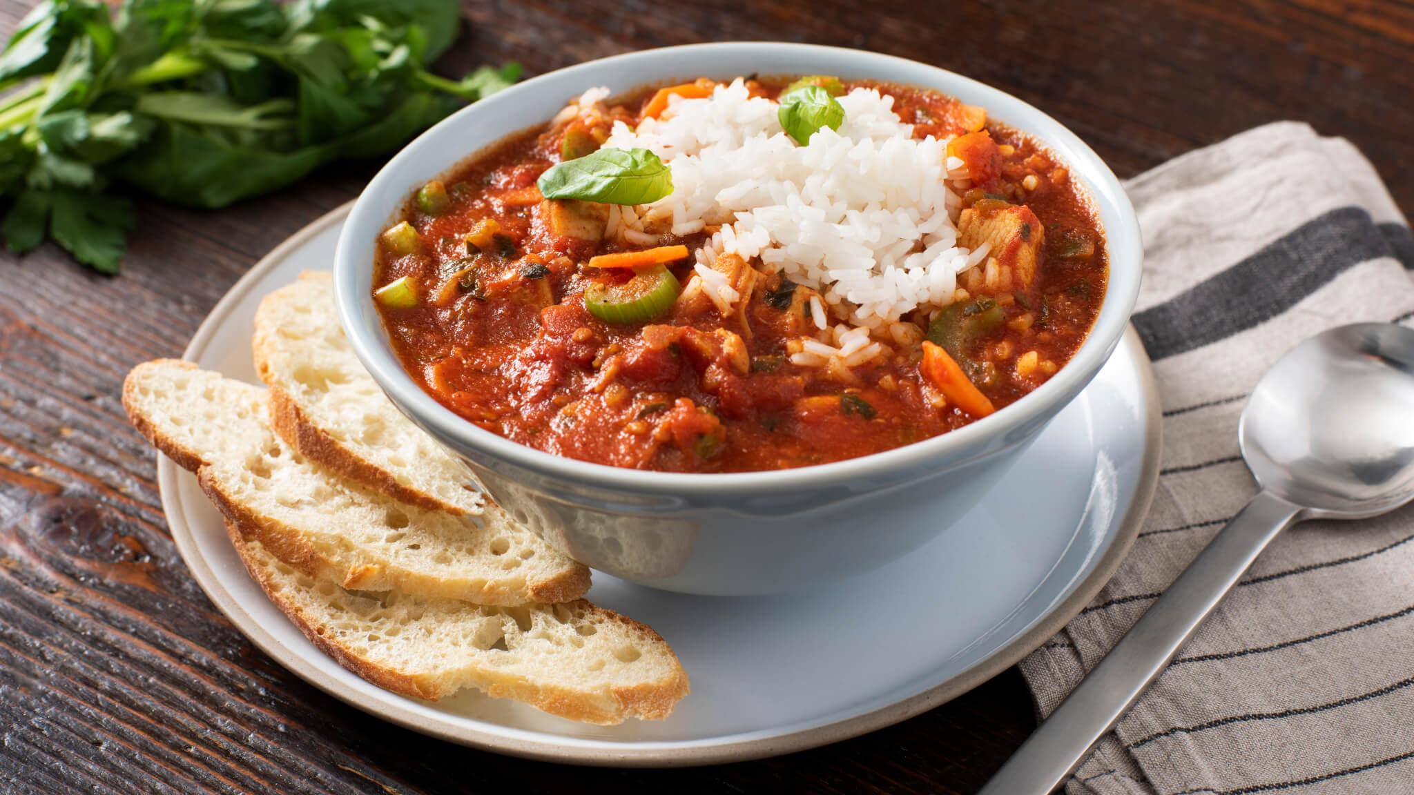 Sopa de tomate y albahaca con pollo y arroz