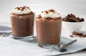 Vaso de arroz con leche de chocolate con nata