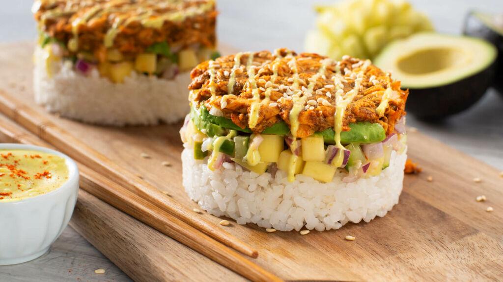 Torres de sushi con salmón al curry, aguacate y cebolla morada