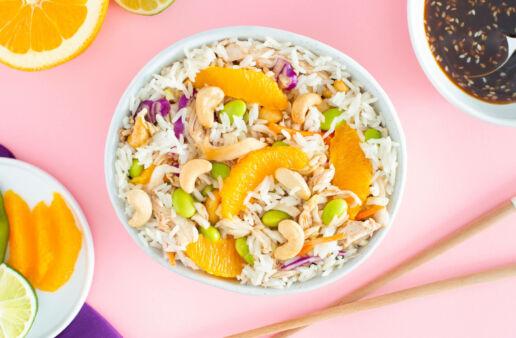 Ensalada de arroz jazmín con pollo, edamame, naranja y salsa