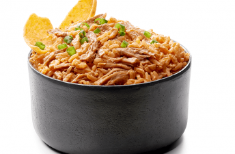 Cremoso dip de arroz y pulled pork BBQ con chips