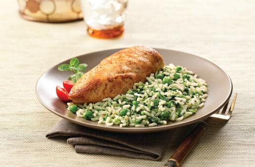 Arroz a la menta con chícharos y espinacas servido con pollo 5 especias