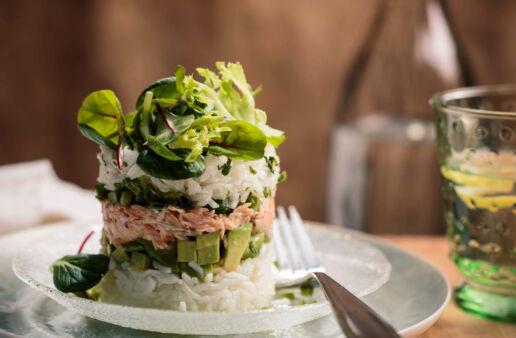 Torres de arroz, salmón picante, aguacate y lechuga