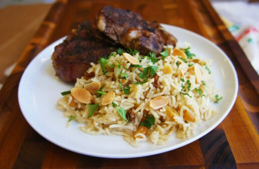 Plato con carne y arroz pilaf con almendras y cilantro