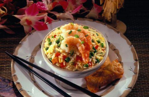 Tazón de arroz frito con carne de cerdo, camarones y guisantes