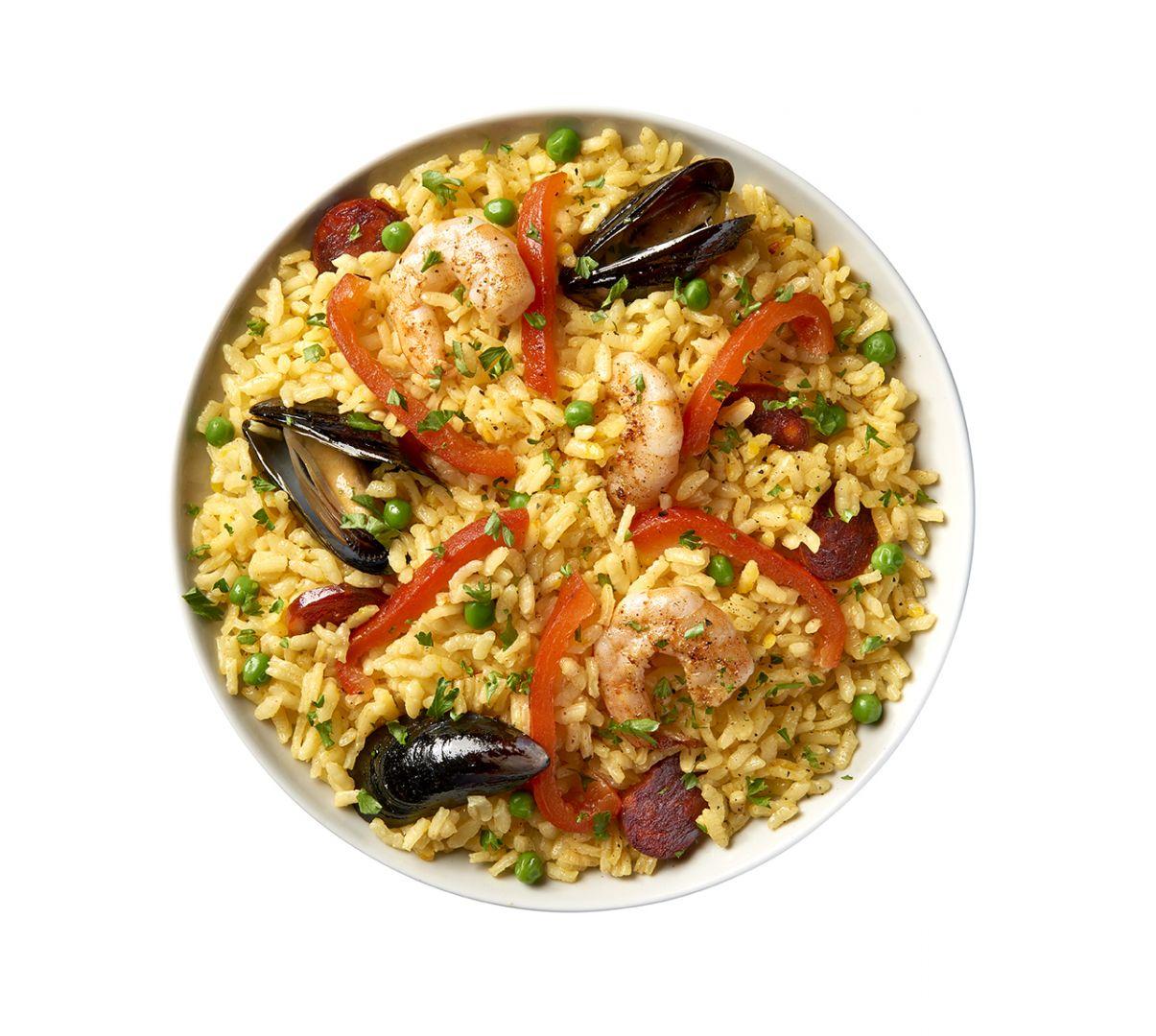 Paella tradicional con chorizo y camarones