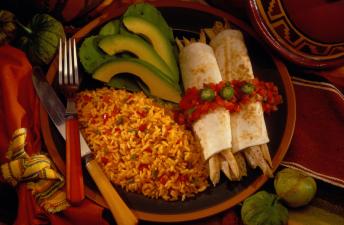 Plato de arroz integral a la mexicana con fajitas y aguacate
