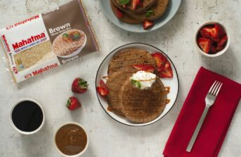 Chocolate-hot-cakes-with-brown-rice-and-strawberries