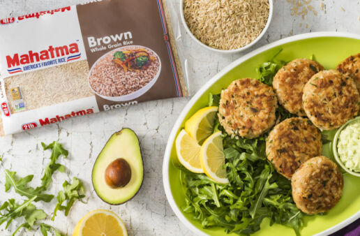tuna-patties-with-brown-rice-served-with-avocado-mayonnaise-and-arugula-salad